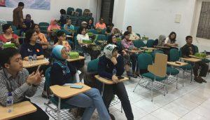 Para peserta menyimak presentasi